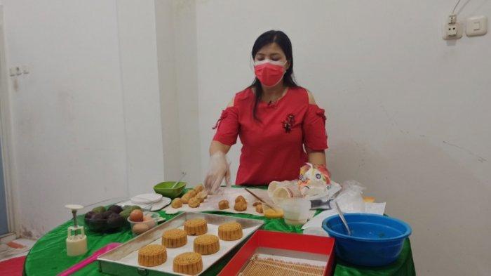 Elia Sunarli membuat Moon Cake di Dapur Mommy Lia yang ada di Jalan Semeru, Kota Palembang, Rabu (3/2/2021).