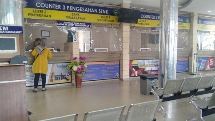 ILUSTRASI bayar pajak - Kondisi masyarakat yang membayar pajak kendaraan di Samsat Palembang 1 di Jalan Kapten A Rivai saat Pandemi Covid19.