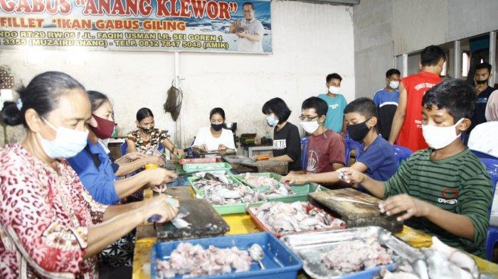 Suasana penggilingan ikan yang berada di Jalan KH Wahid Hasyim Lorong Oxindo Kelurahan 1 Ulu Kecamatan Seberang Ulu 1 Palembang, Jumat (12/2/2021)