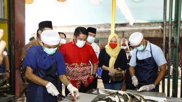 Gubernur Sumatera Selatan (Sumsel) Herman Deru saat mengunjungi UMKM penggilingan ikan yang berada di Jalan KH Wahid Hasyim Lorong Oxindo Kelurahan 1 Ulu Kecamatan Seberang Ulu 1 Palembang, Jumat (12/2/2021)