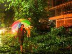 warga-membersikan-pohon-yang-tumbang-akibat-hujan-lebat.jpg