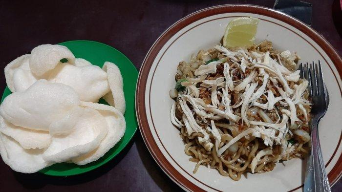 Mencicipi Kuliner di Warung Makan Sumber Rejeki, Tempat Makan Idola Mahasiswa UNM Parangtambung