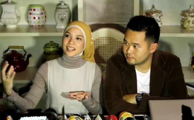 Pemain film sekaligus anggota DPR RI Rachel Maryam Sayidina didampingi suaminya, Edwin Aprihandono.