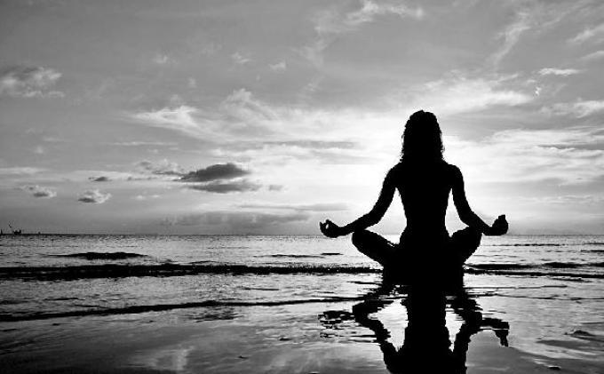 Yoga atau meditasi.