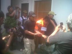 Suherman Tertatih-tatih di Rekonstruksi Pembunuhan Tante Heny