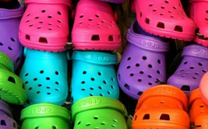 Produsen Sepatu Plastik Crocs Tutup Pabrik Terakhirnya