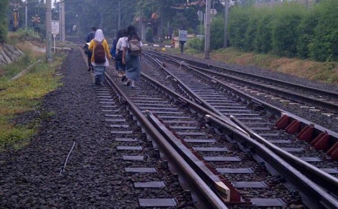 Berjalan Sambil Melamun, Buruh Tani Tewas Tersambar Kereta di Bekasi