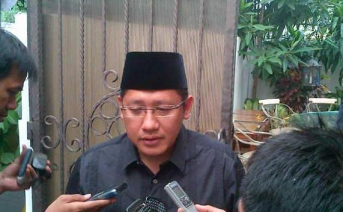 Anas Khusyuk Berdoa  di Makam Ayahnya