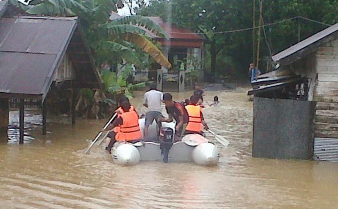 BPBD Banten Bantu Perahu Karet Banjir Tangerang
