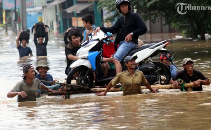 Hujan deras dalam beberapa hari ini membuat Kali Ciliwung meluap dan menjadikan Jalan Abdullah Syafei, Tebet, Jakarta Selatan, Senin (13/1/2014) digenangi air hingga kedalaman sekitar satu meter lebih.