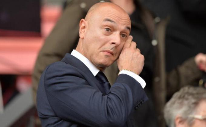 Daniel Levy pemilik klub Tottenham Hotspur memecat Jose Mourinho dan tim kepelatihannya karena gagal membawa Spurs lebih baik di Liga Inggris