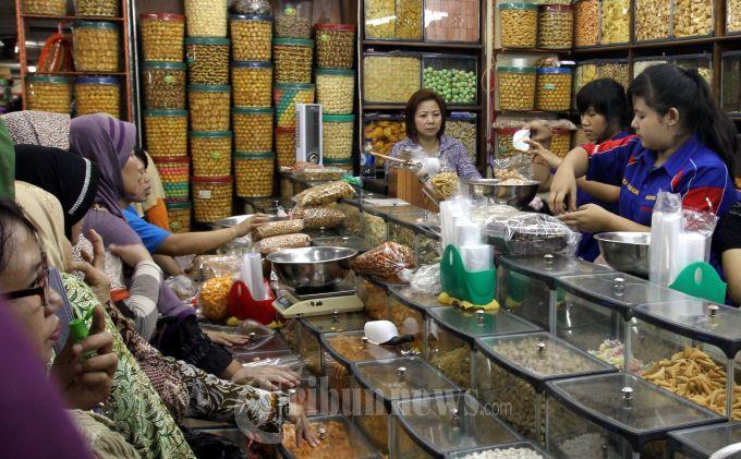 Pedagang Kue Kering Pasar Senen Masih Sepi Pembeli