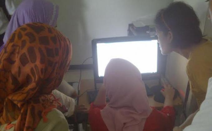 Orangtuas siswa mencoba sistem Penerimaan Peserta Didik Baru (PPDB) secara Online di Kota Bogor, Rabu (18/6/2014).