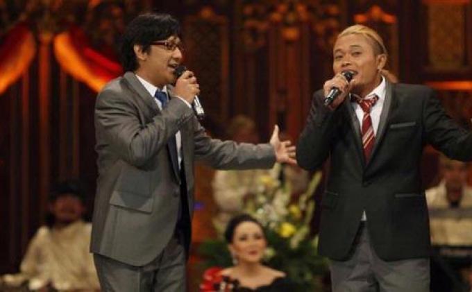 Sule dan Andre Taulany tampil dalam Opera Van Java untuk memeriahkan acara Syukuran Kompas Gramedia di Tenis Indoor Senayan, Jakarta Pusat.