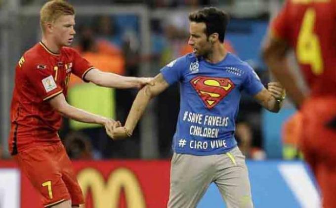 Superman Ganggu Jalannya Laga Belgia vs AS