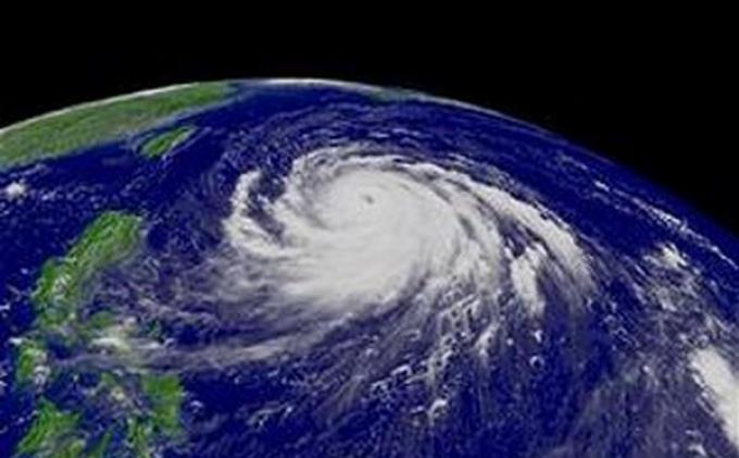 Manila Diterjang Topan, Ribuan Warga Ngungsi