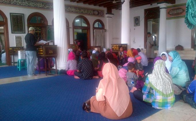 Warga Berwisata Religi ke Makam Kramat di Bekasi