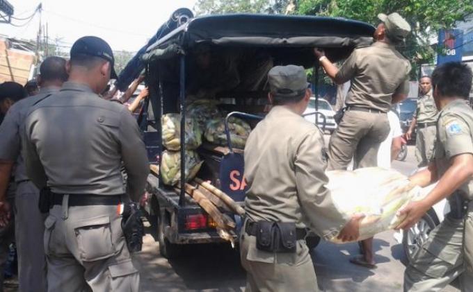 Satpol PP membongkar lapak pedagang pasar malam di Pasar Jiung, Kebon Kosong, Kemayoran, Jumat (2/8/2014)