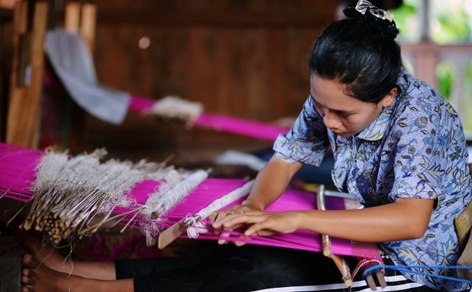 Buku Tenun dan Songket Nusantara Ditertibkan untuk Diperkenalkan ke Dunia