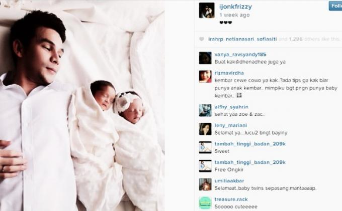 Jonathan Frizzy bersama bayi kembarnya.
