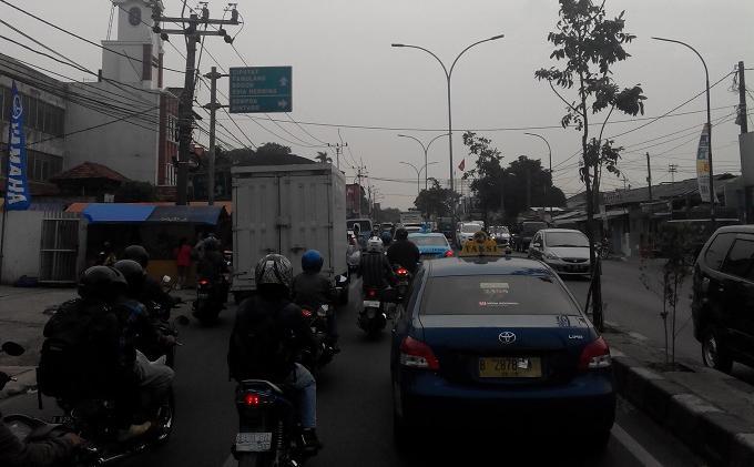 Pukul 17.20, Kamis (16/10/2014), arus lalu lintas di Jalan Ciputat Raya padat merayap.