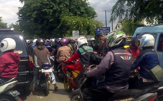 Macet Total di Jalan Raya Pondok Gede
