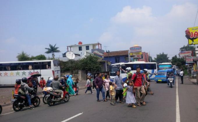 Pengendara Motor Terdiam Melihat Pejalan Kaki yang Ditabraknya di Sawangan Depok Meninggal