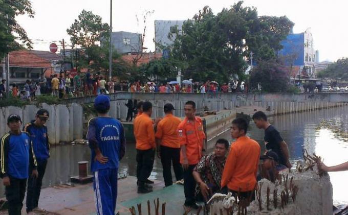 Breaking News: Basarnas Cari Bocah Diduga Tenggelam di Pintu Air Lautze