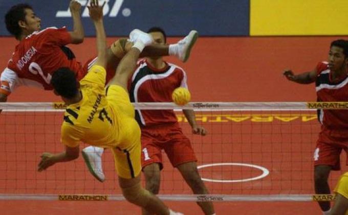 Pemain sepak takraw putra Indonesia, Syamsul Hadi (kiri) melancarkan serangan ke pemain Malaysia saat bertanding penyisihan grup di ISTAF Super Series.