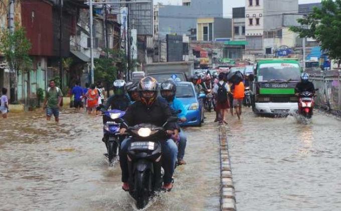 Jalan di Jakarta digenangi air.
