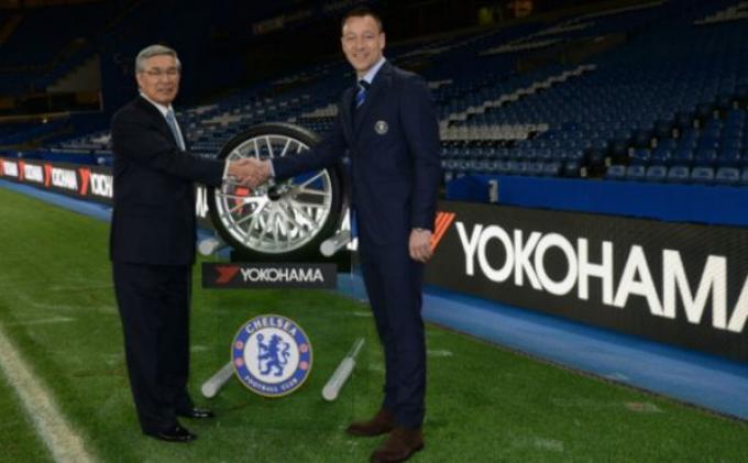 Presiden Yokohama Rubber Company, Tadanobu Nagumo, bersama kapten Chlesea, John Terry, di Stamford Bridge.