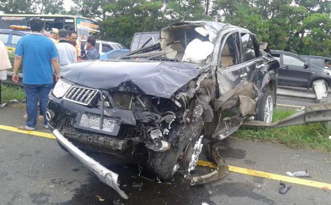 Mobil Mitsubishi Pajero mengalami kecelakaan akibat pecah ban di Tol Jagorawi, Sabtu (7/3).