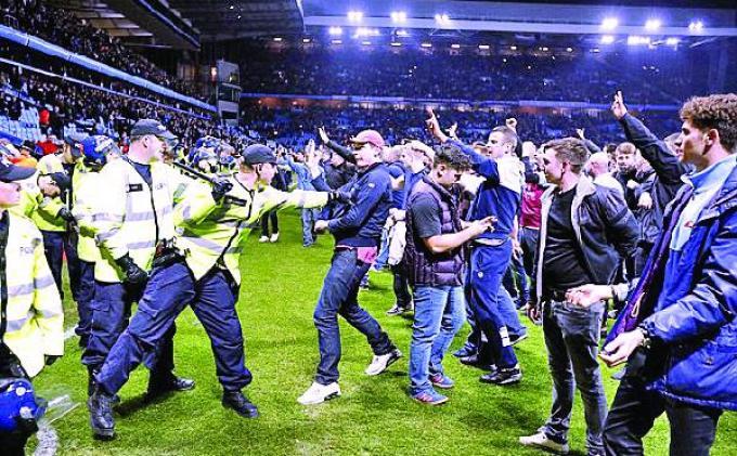 Invasi Suporter Aston Villa Malah Berbuah Sanksi