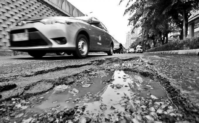 Jalan Berlubang di Ujung Aspal