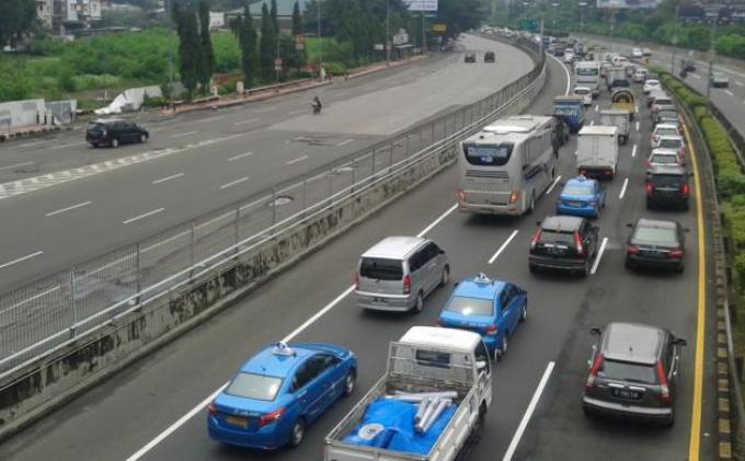 Hari Pertama Kerja 2021, Lalu Lintas di Jakarta Ramai Lancar, Polisi Berlakukan Contraflow di Cawang