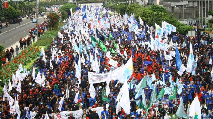 ILUSTRASI - Puluhan ribu buruh dari berbagai kalangan berjalan kaki memperingati hari buruh internasional atau Mayday di Kawasan Thamrin, Jakarta, Selasa (1/5). Para buruh yang tergabung KSPSI, KSBI, KSPI, FSB TSK, FSBI,GSPMII,OPSI,FSP LEM DAN SPIN rencananya akan berjalan menuju Istana Merdeka dan berorasi menuntut hak-haknya.