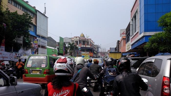 Dipadati Kerumunan Orang, Jalan Suryakencana Kota Bogor Disekat Tim Terpadu Kawasan Bebas Kerumunan