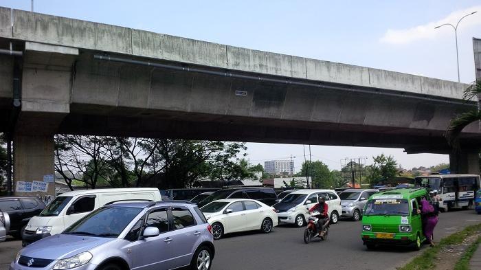 Pukul 11.20 Jalan Sholeh Iskandar Bogor Padat Merayap