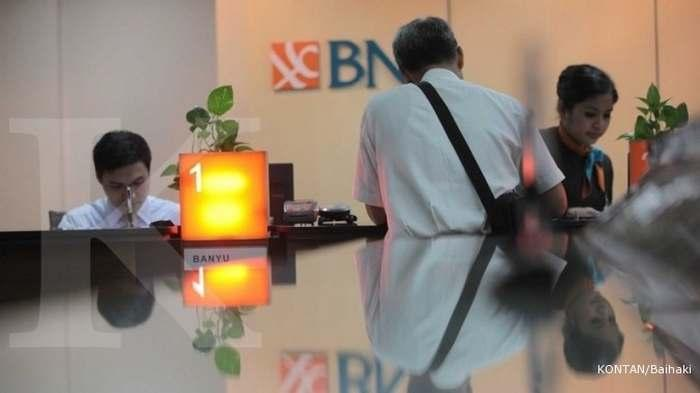Nasabah Bank BNI saat transaksi.