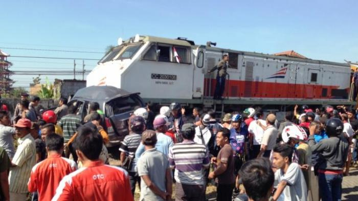 Kendarai Motor, Seorang Ibu dan Dua Anaknya Tewas Tertabrak Kereta Api