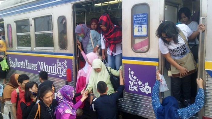 Commuter Line Anjlok di Stasiun Manggarai, Penumpang Pilih Jalan Kaki