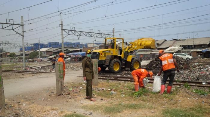 18 Ton Sampah Terangkut di Sepanjang Rel KA A2 Tanjung Priok
