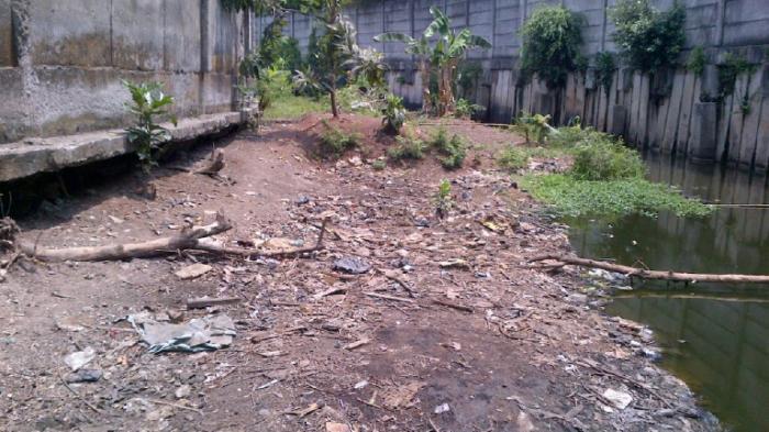Dipenuhi Lumpur dan Sampah, Permukaan Kali Cakung Terlihat Seperti Daratan