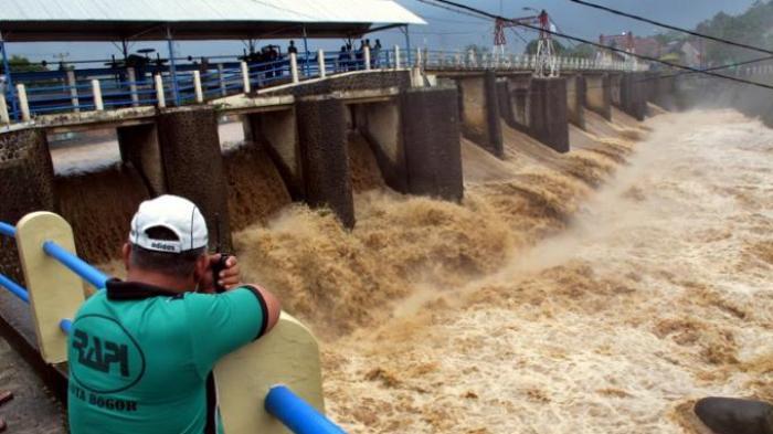 BREAKING NEWS: Tinggi Muka Air Dua Pintu Air di Jakarta Siaga 2, Warga Diminta Waspada Banjir