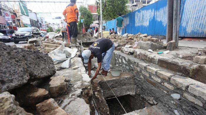 Perbaikan sistem drainase di Jalan Sabang, Jakarta Pusat, untuk mengantisipasi banjir, Kamis (19/11/2015).