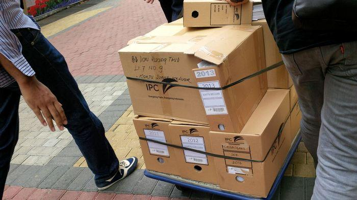 Polisi Bawa Ratusan Dokumen di Lantai 7 Kantor Pelindo II