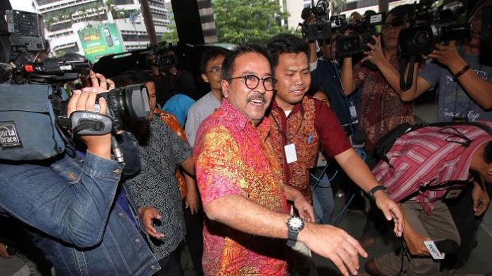 Rano Karno berjalan memasuki Kantor Komisi Pemberantasan Korupsi untuk diperiksa, Jumat (17/1/2014). Rano diperiksa sebagai saksi bagi terdakwa Akil Mochtar dalam kasus pengurusan sengketa Pilkada di Provinsi Banten