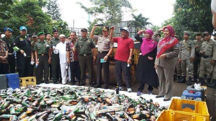 Pemusnahan 16 ribu botol miras di Depok, Jumat (3/6/2016).