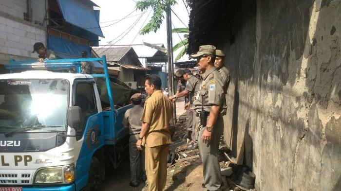 20 Lapak PKL di Jalan Raya Bogor Dibongkar