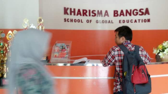 Telepon di Meja Informasi Sekolah Kharisma Bangsa Terus Berdering sejak Pagi